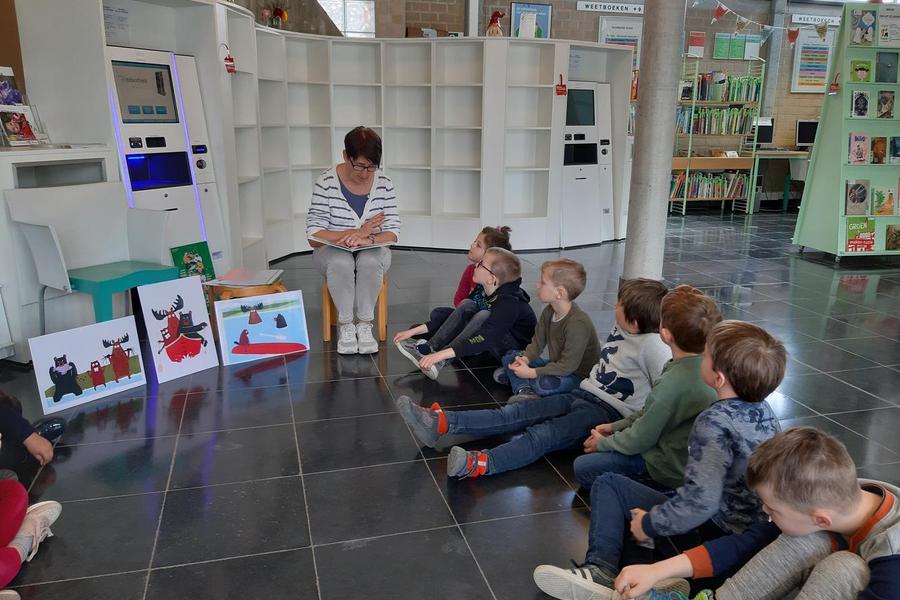 b6a7059b23cd36 Bezoek aan de bibliotheek en spiegelen in de klas